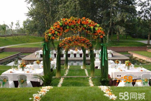 嘏渲:拥有中央大草坪,宴会厅(750平米) 场地风格:中式,西式,草坪婚礼