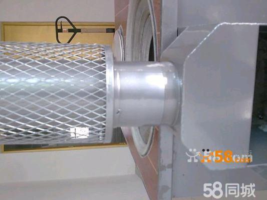 1、 安装柴火灶脚:将四根方管脚分别用力插入柴火灶四角的方孔内。 2、 安装烟囱管:将有保护网罩的烟囱装置在烟囱出口的第一节位置。带弯头的烟囱装置在第二节,带弯头的烟囱可以根据实际情况选择套接端口方向。(有多种烟囱安装方法,如图,用户根据实际情况选择安装方法。) 烟囱在安装时可以选择在墙壁打孔将烟囱伸出墙外,也可通过窗户伸出室外排烟。因为烟囱管温度很高,如果选择窗户伸出方式,一定要做好烟囱管与窗户隔热保护,以免温度过高导致烧坏窗户。为了避免安全隐患,室内烟囱管周围0.