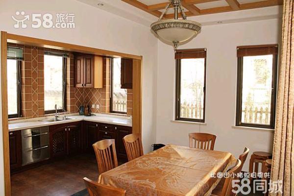 一层餐厅与客厅采用错层设计,60公分的高差错层,既增加了客厅层高,让